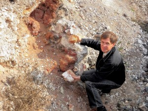 В верхней части снимка видны блоки (кирпичи) из обожженного суглинка из них была сложена печь.