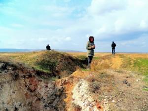 Археологический разведочный раскоп (ширина 2 м, глубина 2—3 м, длина более 80 м) прорезал ров и насыпь святилища с западной стороны к его центру.