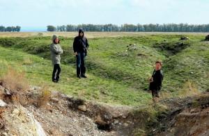 На вершине Святилища. На переднем плане свежие археологические раскопы, а на заднем плане следы раскопов начала ХХ века.