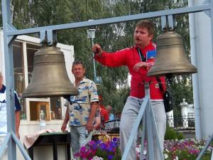 Главная сцена для выступления участников фестиваля возле Спасского собора.