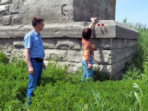 Возложение цветов к опоре моста рядом с которой предположительно погиб лейтенант Тюнеев М.С.